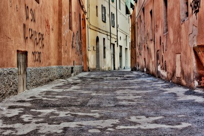 13955121-narrow-alley-in-the-old-town--dirty-street-in-the-decadent-old-town--urban-decay